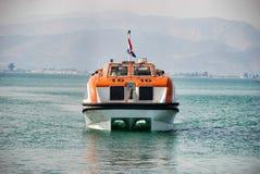 Canot de sauvetage sur le revêtement d'océan Image stock
