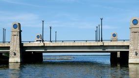Canotage au Minnesota - diriger le nord sur le fleuve Mississippi et approche du lac Bemidji banque de vidéos