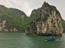 Canotage dans le compartiment de Halong, Vietnam image libre de droits