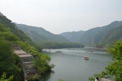 Canotage dans le lac mystique mountain Image stock