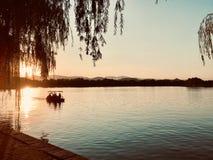 Canotage de coucher du soleil de vent d'automne photographie stock libre de droits