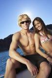 Canotage de couples sur le lac image stock