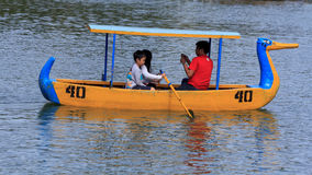 Canotage de famille en Burnham Park dans la ville de Baguio, Philippines Images libres de droits