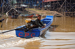 Canotage de pêcheur, sève de Tonle, Cambodge images stock