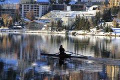 Canotage de personnes dans le lac st Moritz en hiver Photos stock