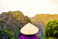 Canotage de personnes en visite à et x22 ; Baie de Halong sur le land& x22 ; à Hanoï, le Vietnam, point de repère de Hanoï photos libres de droits
