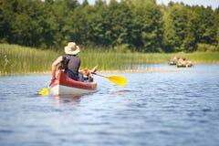Canotage de personnes sur la rivière photo stock