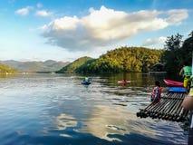 Canotage de touristes dans le barrage image stock