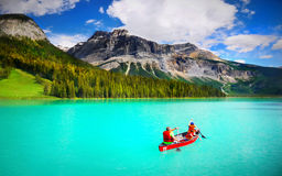 Canotage, Emerald Lake, Colombie-Britannique Image stock