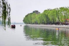 Canotage guidé de bateaux sur Houhai images libres de droits