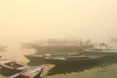 Canotage sur le Gange avec le brouillard dense Image libre de droits