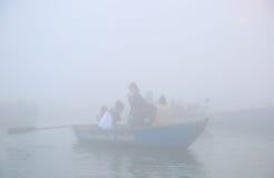 Canotage sur le Gange avec le brouillard dense Images stock