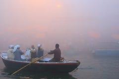 Canotage sur le Gange avec le brouillard dense Images libres de droits