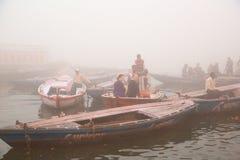 Canotage sur le Gange avec le brouillard dense Photos stock