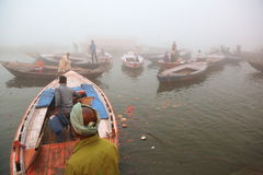 Canotage sur le Gange avec le brouillard dense Photographie stock