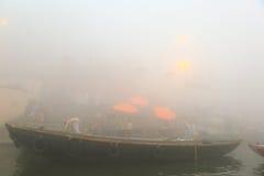 Canotage sur le Gange avec le brouillard dense Photographie stock libre de droits