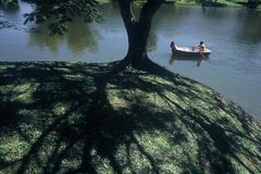 Canotage sur un lac image stock