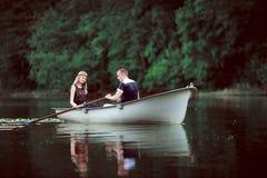 Canotage tendre de couples sur la rivière Image libre de droits