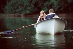 Canotage tendre de couples sur le lac Image libre de droits