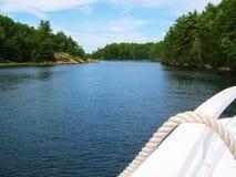 Canotage vers le haut du fleuve Images stock