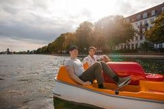 Canotaje de los adolescentes en el lago en ciudad Imagen de archivo