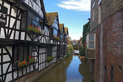 Canotaje de Tudor Houses y del río Foto de archivo libre de regalías