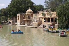 Canotaje ejoy de la gente en el lago Gadi Sagar Imagen de archivo libre de regalías