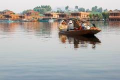 Canotaje en el lago Dal, Srinagar imagenes de archivo