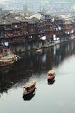 Canotaje en el río de Tuojiang de la ciudad antigua de Fenghuang imagenes de archivo