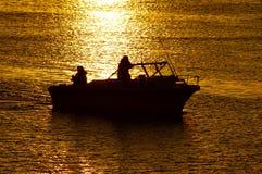 Canotaje en la puesta del sol Imagen de archivo libre de regalías
