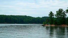Canotaje en un lago pacífico almacen de metraje de vídeo