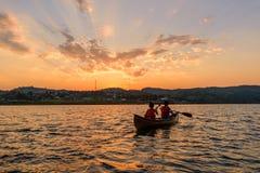 Canotaje no identificado del viajero en el lago Foto de archivo libre de regalías