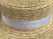 Canotier hatt Staw hatt på träbakgrund Arkivbild
