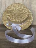Canotier-Strohhut mit einem weißen Band lizenzfreies stockbild