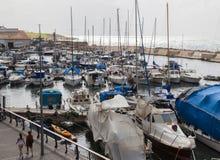 Canots automobiles de yachts et bateaux de pêche dans le vieux port de Jaffo Téléphone Avi Image stock