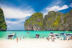 Canots automobiles sur l'eau de turquoise de Maya Bay en île de Koh Phi Phi, Thaïlande Image libre de droits