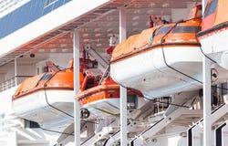 Canots de sauvetage d'un revêtement de touristes Image stock
