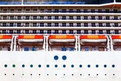 Canots de sauvetage du côté de cruiseship Photo stock