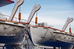 Canots de sauvetage en gros plan contre le ciel Photos stock