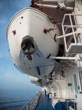 Canots de sauvetage de ferry et balustrade suspendus Photo stock
