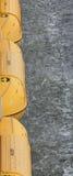 Canots de sauvetage jaunes au-dessus d'océan Image stock