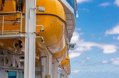 Canots de sauvetage jaunes de côté de bateau photographie stock