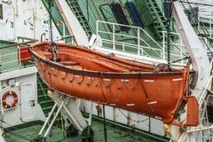Canots de sauvetage oranges sur les daviers du bateau Photographie stock libre de droits