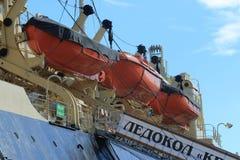 Canots de sauvetage rouges de vieux brise-glace Photographie stock libre de droits