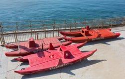 Canots de sauvetage sur un bord de mer italien Photographie stock libre de droits