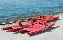 Canots de sauvetage sur un bord de mer italien Image libre de droits