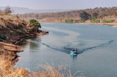 Canottaggio al fiume di Panna a Panna National Park, Madhya Pradesh, India fotografia stock