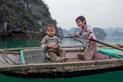 Canottaggio dei bambini in Halong Fotografie Stock Libere da Diritti