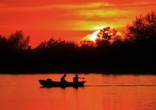 Canottaggio dei pescatori su uno stagno immagini stock libere da diritti