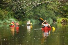 Canottaggio della gente sul fiume Fotografie Stock Libere da Diritti